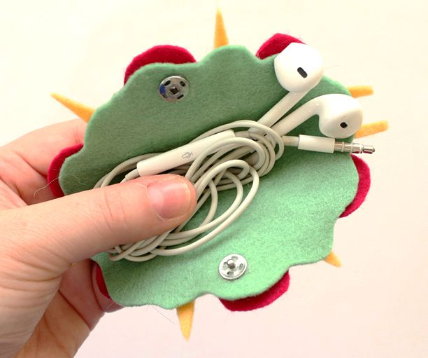 Felt Taco - DIY earphones holder - No sewing tutorial by 2 Cats & 1 Doll (YouTube)