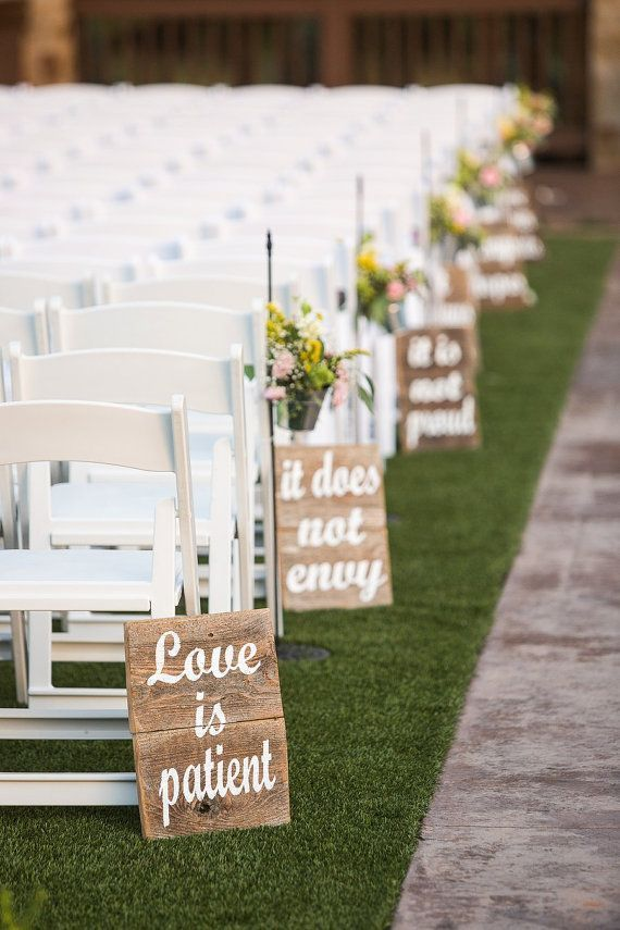 Take a look at the best rustic wedding decorations in the photos below and get ideas for your wedding!!! 1 CHORINTHIANS 13:4 pintado sobre madera rústica cerca
