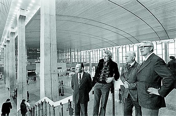 Twórcy Dworca Centralnego w hali głównej w roku 1976.  Od lewej: inż. Włodzimierz Zdziarski (kierownik zarządu budowy), arch. Andrzej Pańkowski (autor projektu wnętrz), Arseniusz Romanowicz i N.N.