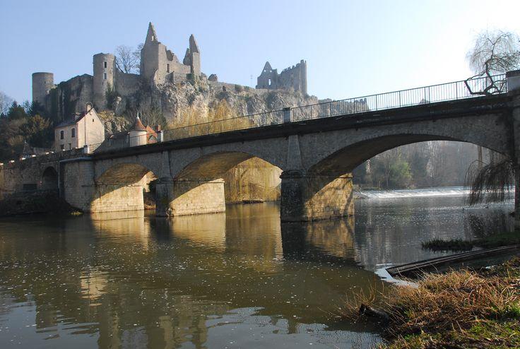 Vue du pont et du château d'Angles sur l'anglin