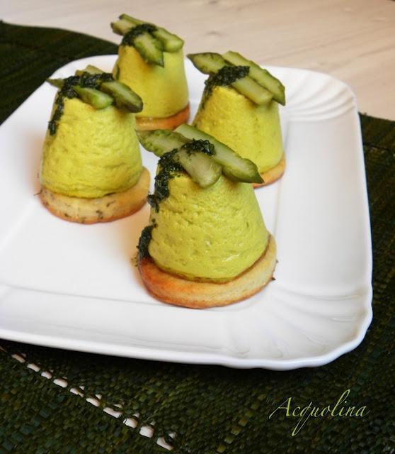 Budino di asparagi su galletta al parmigiano e olio alla menta