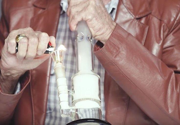 Drei ältere Männer rauchen zum ersten Mal Marijuana  Es wird wohl nicht allzu viele Menschen geben, die noch nie Erfahrungen mit Marijuana gemacht haben. Die Macher des YouTube-Kanals WatchCut haben ab...