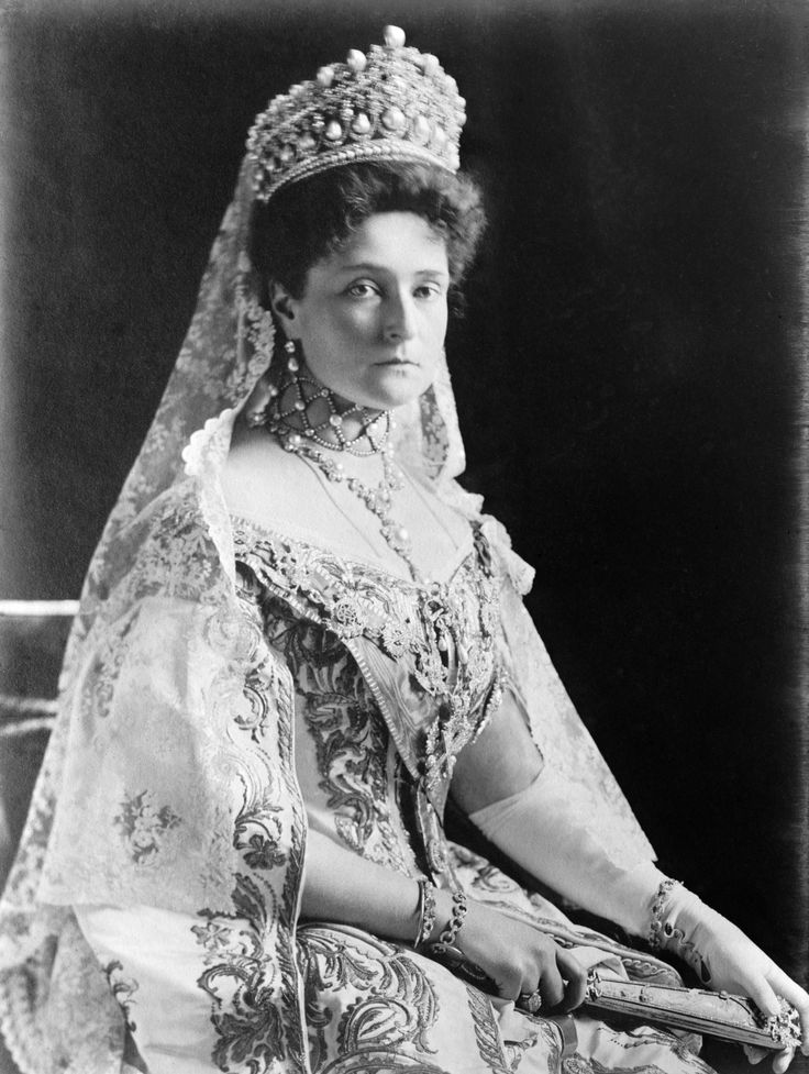 tsarina alexandra de vrouw van tsaar Nicolaas 2. Toen ze Raspoetin had uitgenodigd om haar zoon te genezen dachten mensen dat ze en affaire hadden.