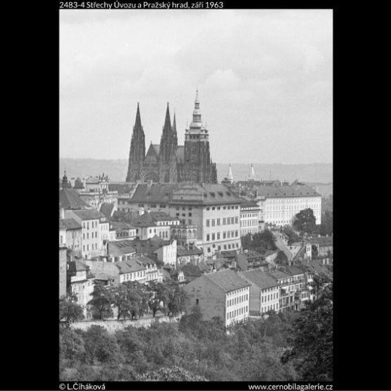 Střechy Úvozu a Pražský hrad (2483-4) • Praha, září 1963 • | černobílá fotografie, atypický pohled na Pražský hrad, kouzlo střech Úvozu |•|black and white photograph, Prague|