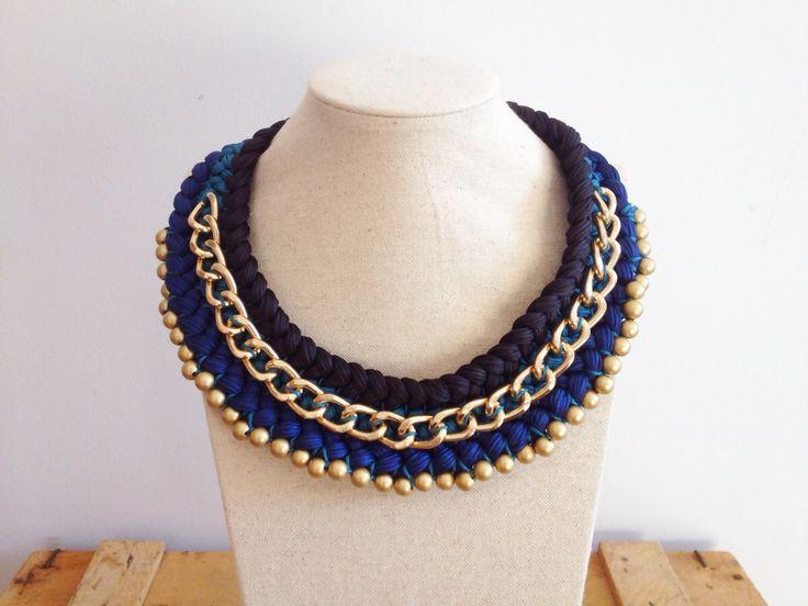 Bisutería : Collar de hilos azules con cadena y bolitas doradas