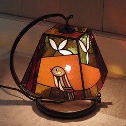 *こちらはK様オーダー品となります*テンドグラスのネコミラーです。玉虫色の猫背と鏡のシンプルな一品。暮らしの光や灯り、視点のちがいで見え方も様々。面白いガラスです。▼仕様・ステンドグラスミラー壁掛けタイプ・size:H20,W24,D1cm 360g・裏面吊り紐金具付き