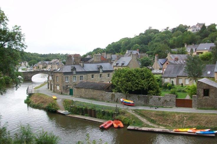 Dinan Fransa'nın Brittany bölgesinin doğusunda yer alan Rennes bölgesinin kuzeyinde çok güzel korunmuş tarihi bir kasaba... Daha fazla bilgi ve fotoğraf için; http://www.geziyorum.net/dinan/
