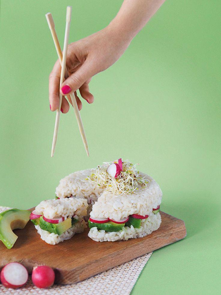L'idée d'un sushi cake est de monter un «gâteau» couche par couche dans un emporte pièce. Impossible de ne pas craquer devant ces petits sushi cakes ! www.sweetandsour.fr