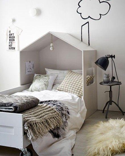 Une belle idée pour créer un petit paradis dans une chambre d'enfants, le lit cabane ! C'est le DIY du mercredi ! Un lit cabane Il vous faudra 4 panneaux d