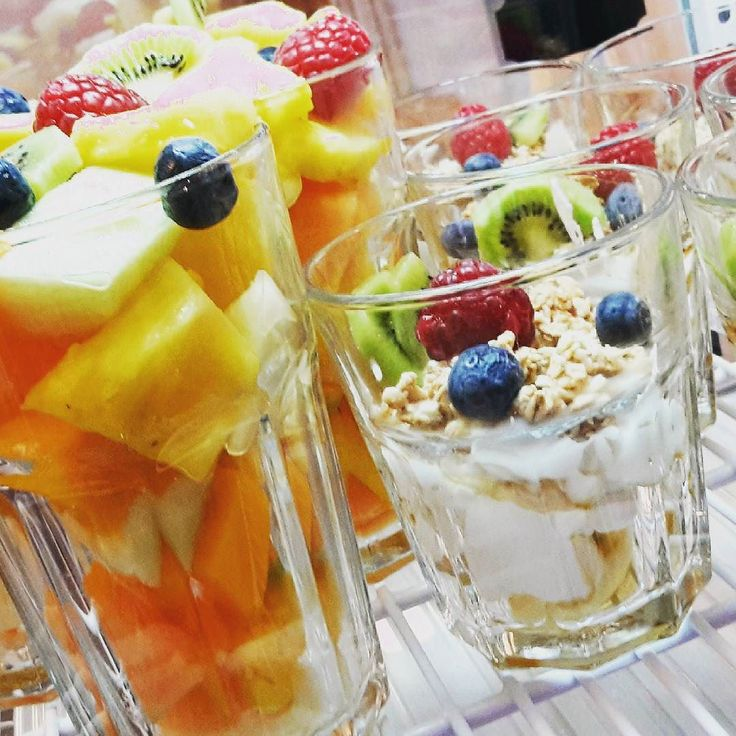 Best fruit salad and greek yoghurt with crunchy muesli @kleinesglueckbielefeld #breakfast #fruitsalad #pineapple #mango #melon #blueberries #raspberries #kiwi #greekyogurt #berries #muesli #maplesyrup #yummy #newfav #healthyfriends #healthyfoodhunter #kleinesglueck #bielefeld #germany