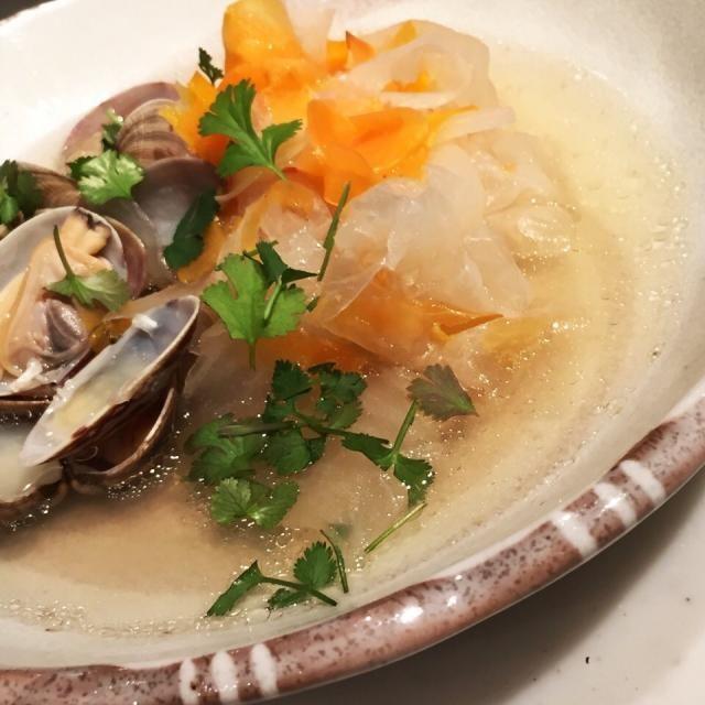 水1リットルにナンプラー大さじ3〜4。アサリの出汁と大根の甘味で美味しいスープになります。 オイスターソースとか顆粒のスープの素とか、余計な調味料を足して複雑にする必要もありません。 ザ・シンプル。 - 127件のもぐもぐ - アサリとヌクマムのスープ by MakiHiro
