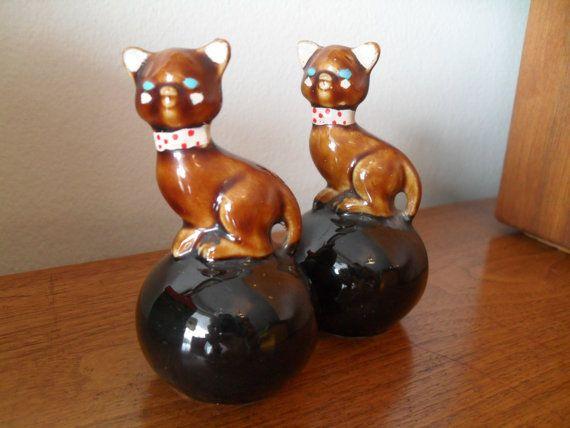 Vintage Kitty Kat op zwarte bal Salt and Pepper door VintageFunland