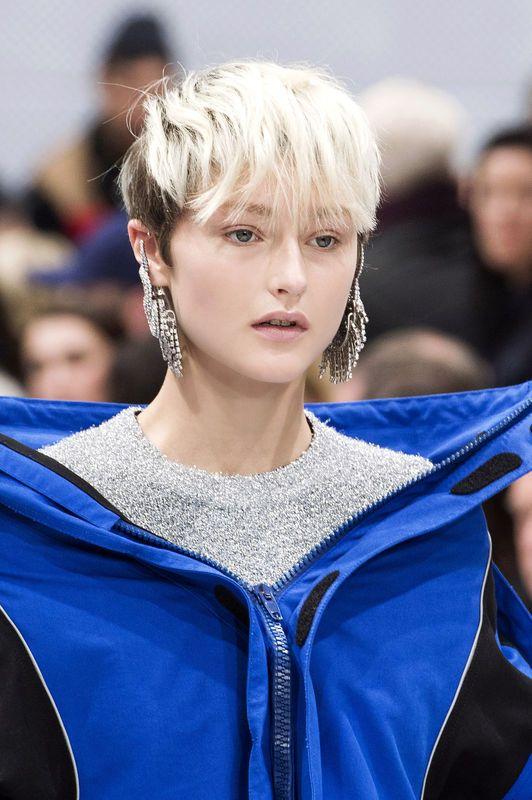 Krótkie fryzury blond, Balenciaga