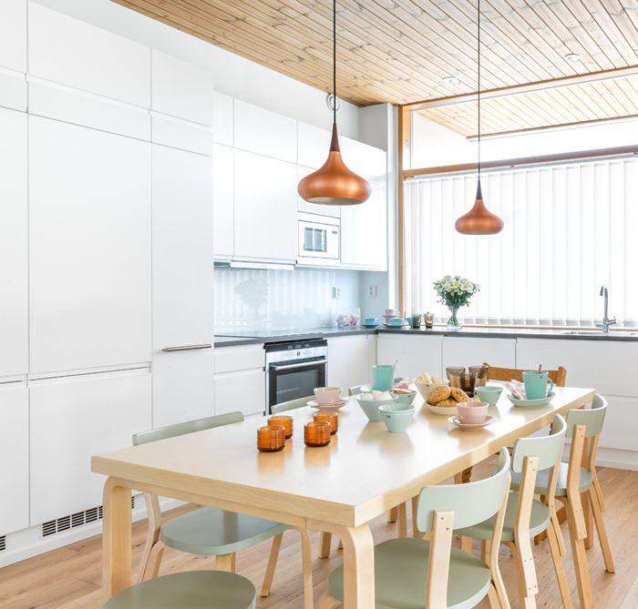 Tässä keittiössä riittää runsaasti luonnonvaloa. Vaalea ovimalli on raikas ja avartaa tilaa entisestään. A la Carte -keittiöt, ovimalli Festa ja työtasona Silestone kvartsitaso.