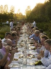Buitengewoon in het land' is een bijzonder 'restaurant zonder muren' dat in de zomermaanden rondreist en nauw samenwerkt met regionale producenten, landeigenaren, chefkoks en restaurateurs die het een uitdaging vinden om op bijzondere locaties met bijzondere producten te koken. In een boomgaard, een weiland, een wijngaard of een eeuwenoude moestuin.
