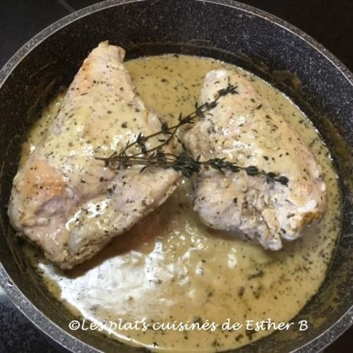 Poitrines de poulet poêlées avec sauce crémeuse  de Esther b - Ingrédients  4 poitrines de poulet sans peau (moi 2 demi poitrines avec os) sel et poivre 2 c. à soupe d'huile 1 gousse d'ail hachée finement ¼...