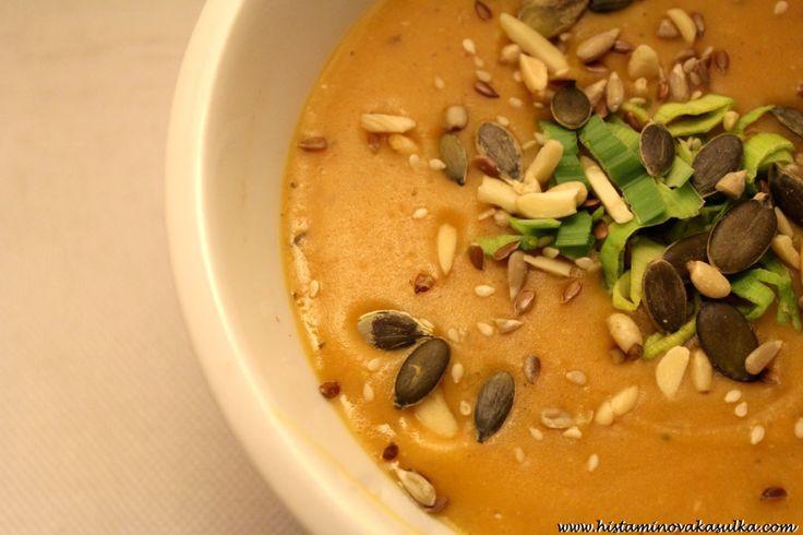 Polévka ze sladkých brambor a červené čočky s tymiánem