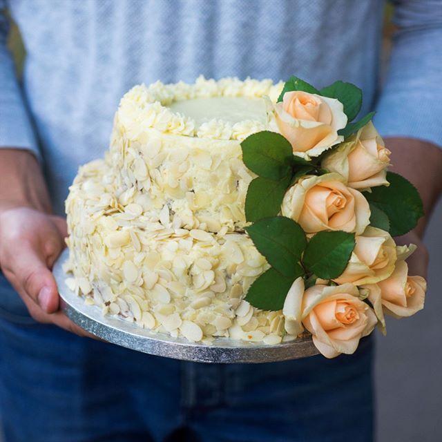 """""""В руках моего мужа даже очень большие торты кажутся маленькими, а уж на 4 кг выглядит совсем малышом. Вчерашний черничный чизкейк  Я скучала по иг"""" Photo taken by @saharisha on Instagram, pinned via the InstaPin iOS App! http://www.instapinapp.com (09/11/2015)"""