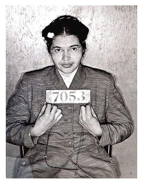 El 1 de diciembre de 1951, Rosa Parks,costurera en una tienda, tomaba el bus para ir a casa; estaba lleno y con muchos pasajeros blancos en pié. El conductor detuvo el autobús y le dijo a la primera fila de pasajeros negros que se levantaran; los otros tres pasajeros en la fila de Rosa lo hicieron, pero Rosa se negó. Tras su detención, la NAACP organizó un boicot a los autobuses en apoyo de Rosa y  de la igualdad racial. Montgomery, Alabama. EEUU