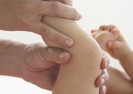 Découvrez, en photos, comment masser bébé pour le détendre, le rendre serein...Les gestes à faire pour bien détendre bébé.