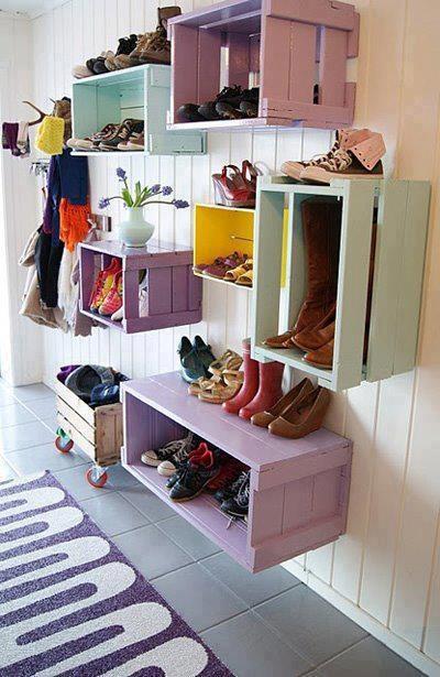 Sieht doch super aus: Schuhschrank mal anders - kostet nur ein paar Kisten und 'nen Eimer Farbe :)