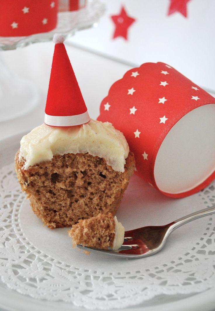 Am Nikolaustag gab es bei uns Lebkuchen Cupcakes, die mit Nikolausmützen verziert waren. Heute öffne ich das 8. Türchen vom Phenomen...