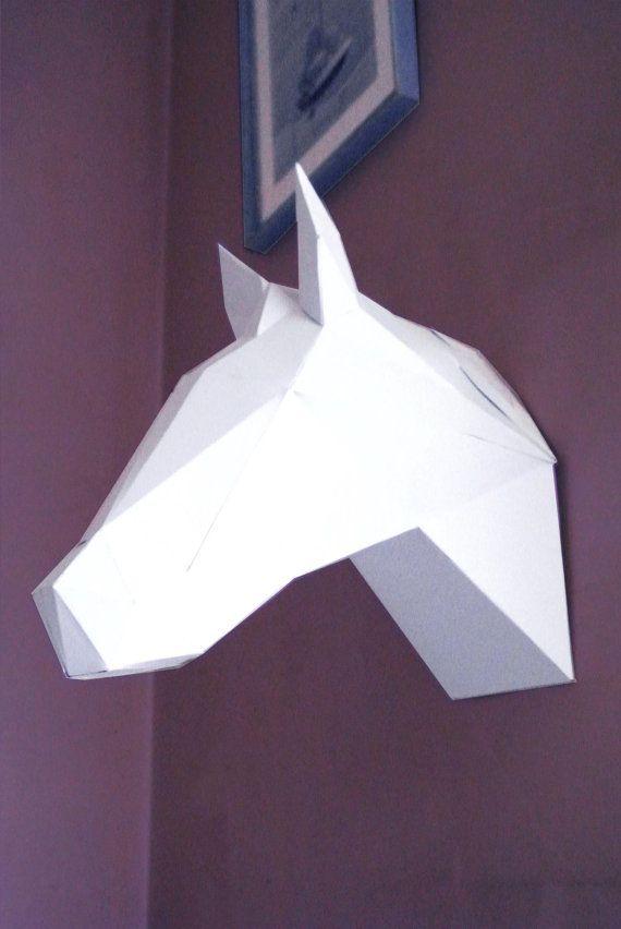 Cette tête de cheval en papier blanc à monter soi même utilise la méthode du papercraft. Décoration murale originale à faire soi-même. Possibilité de bomber la création. La construction de ce trophée nécessite de coller plusieurs morceaux de papier selon un schéma défini. De petites languette numérotées aident le montage du trophée. Cette construction demande de la patience et de la précision lors du montage. Un cadeau original pour ceux qui aiment se servir de leurs mains ou les passionnés…