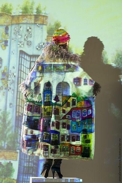 Купить или заказать Пальто 'Хундертвассер forever!!!!!' в интернет-магазине на Ярмарке Мастеров. Пвльто выполнено вручную из пряжи Норо , опушка - Анни Блатт. Хундертвассер - австрийский гениальный архитектор, его дома как детские рисунки и на крышах его домов всегда растут деревья, трава, цветы и кустарники. Ему посвящаю еще один блок в моей коллекции. Также как у Гауди нет ни одной 'правильной' -прямой линии, его изгибы домов, этажей, так подходят к моему пэчворку...