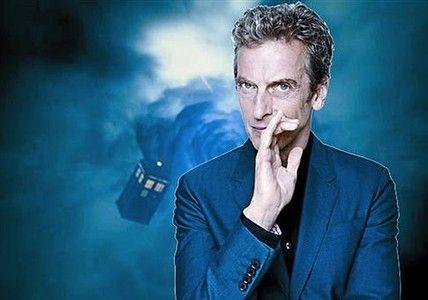 Peter Capaldi, el nuevo Doctor Who, con la nave azul detrás.
