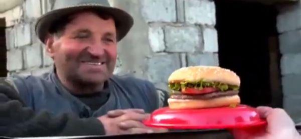 Experiment: cum reacționează cei care nu au gustat niciodată dintr-un burger