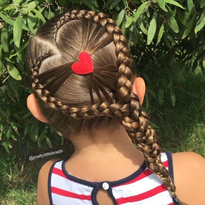 Niña con el cabello trenzado en forma de corazón