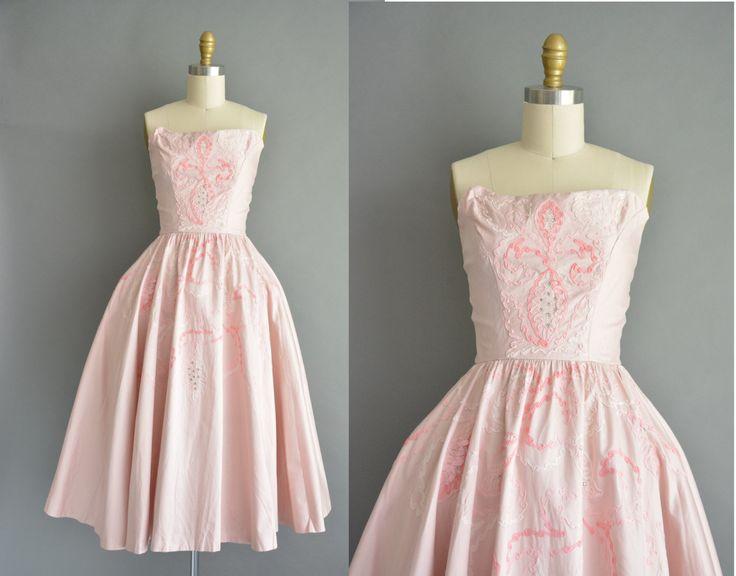 Prachtige vintage jaren 1950 gepolijst katoenen jurk in een prachtige blush roze kleur. De jurk is voorzien van zware geborduurde en strass details. Er zijn buste Darten met een nipped taille passen en een gratis volledige rok. Er is een terug metalen rits sluiting.  ✂---M E EEN S U R E M E N T S---  best past: extra klein  Bust: tot 35 Taille: 24 heupen: open fit totale lengte: 41.5  materiaal: katoen voorwaarde: uitstekend, maar ik denk dat deze jurk op een gegeven moment heeft riemen…