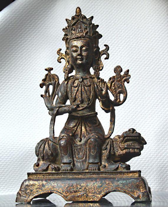 Online veilinghuis Catawiki: Polychroom bronzen beeld Bodisattva Avalokiteshvara op Foo hond - China - 19e eeuw