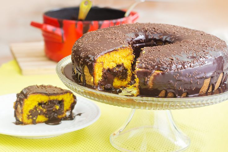Bolo super prático de liquidificador. O bolo é cavado e o recheio de brigadeiro trufado vai dentro. Esse bolo de cenoura é maravilhoso.