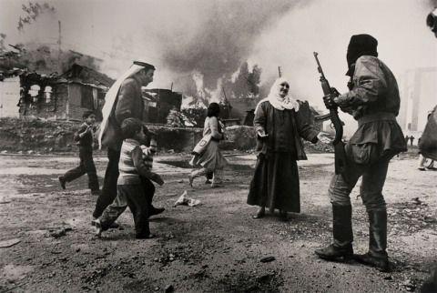 Refugiados Palestinos se refugian en el distrito La Quarantaine de Beirut en el Libano en 1976,Foto:Francoise Demulder.