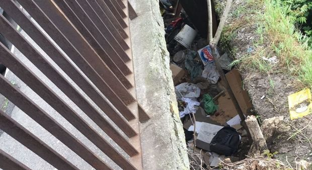 Roma, a Trastevere un rifugio di disperati nascosto sotto a marciapiede http://www.ilmessaggero.it/roma/cronaca/trastevere_scovato_accampamento_sottoterra-2364777.html Ecco la nostra denuncia su @ilmessaggeroit