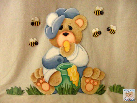 Aplique de urso, feito em mdf, pintura estilo country. Com 5 abelhas e dois tufos de gramas. R$ 120,00