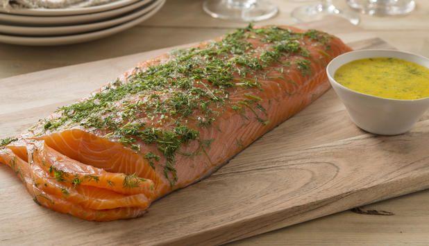 Gravlaks er en tradisjonell norsk rett som gjerne serveres med en god sennepssaus. Prøv å lage både gravlaksen og sennepssausen selv, da smaker den ekstra godt.