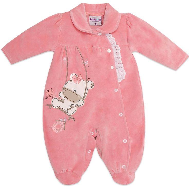 Compre Macacão em plush para bebê e recém nascido menina, da Travessus. Super quentinho, de manga longa. Gola boneca e bordado de bichinhos com aplique de laço de cetim. R$ 74,80 em 3x sem juros. Rosa