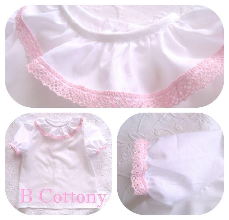 Camisa de manga curta de cambraia branca com gola de folhos com renda de algodão cor de rosa