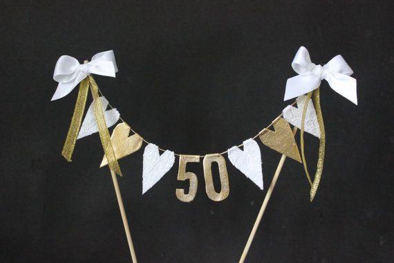 50 º aniversario de boda de oro pastel de cumpleaños, empavesado de pastel, banner de pastel, banderas de pastel, encaje blanco y corazones oro con números de oro