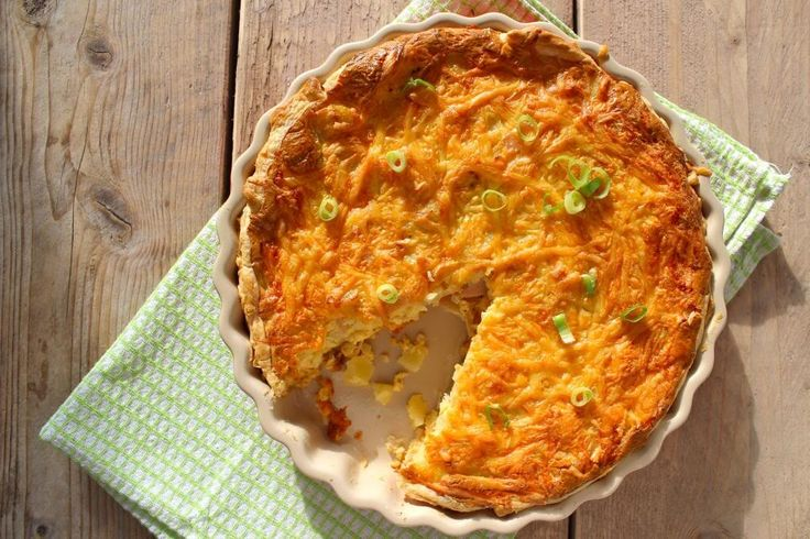 Deze keer is het een hartige taart met aardappel, bosui, kip en nog meer lekkere ingrediënten. Het is een hele lekker maar machtige hartige taart.
