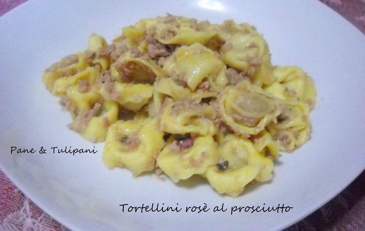 #Tortellini rosè al #prosciutto. Ottima soluzione per ospiti che si annunciano con pochissimo anticipo... Piatto generoso di gusto e bontà. http://blog.cookaround.com/vincenzina52/tortellini-rose-al-prosciutto/