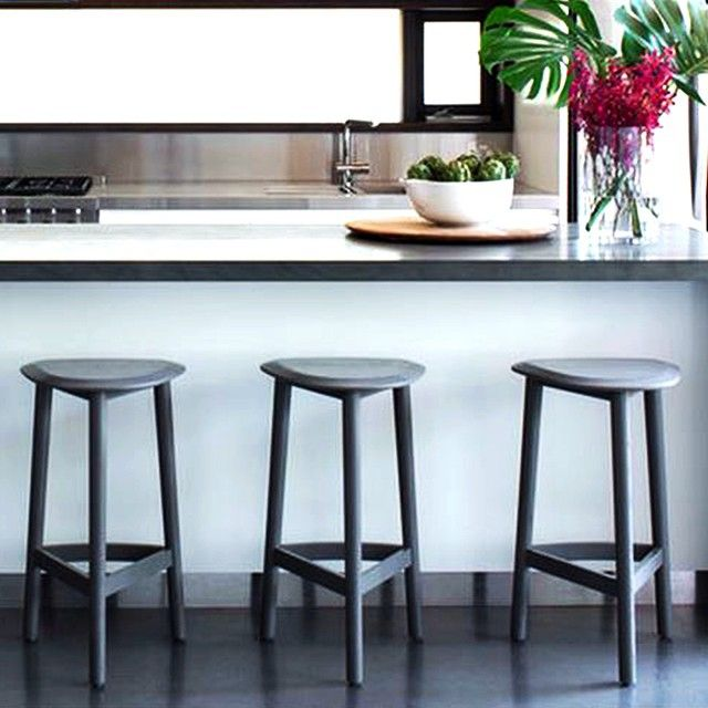 Our Hendrix stools sit at the breakfast bar of a Clovelly kitchen by D'Cruz Design Group as featured in @bellemagazineau #jardanfurniture #australianmade #hendrixstool