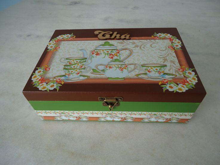 Caixa para chá verde e marrom com seis divisórias , detalhe de aparelhos de chá . www.elo7.com.br/esterartes