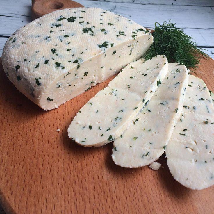 Привет привет мои дорогие💋 Давно я не готовила домашний сыр ☺️ это же вкуснятина и готовится очень просто🤗ну как я люблю -просто, быстро , вкусно Жми лайк и ищи рецепт в понравившихся публикациях ❤️⚙ Собственно рецепт: 🧀2пакета молока 2,5% жирность, меньше не пробовала жирность 🧀1пакет кефира 2,5%(1пакет=1литру) 🧀Вливаем в кастрюлю и ставим на медленный огонь 🧀Ждём и помешиваем..а ждём пока начнёт отделяться сыворотка.. Будет сверху образовываться плотная белая масса, снизу просто…