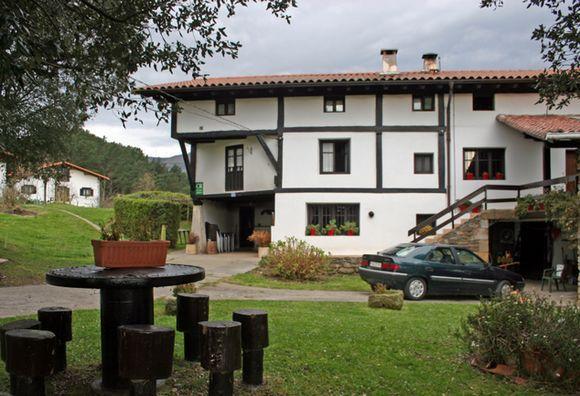 VIZCAYA, ZIORTZA-BOLIBAR. Casa Rural Monte Baserria. 7 habitaciones. Antigua casa de principios del siglo XIX rehabilitada con 7 dormitorios (uno adaptado), 5 baños, cocina, txoko, asador con horno de leña y dos salones. Al exterior cuenta con porche, jardín, barbacoa, huerta y zona de columpios. Situado en un entorno apacible y de gran belleza paisajística está cerca de numerosos lugares de interés como Gernika, las Cuevas de Santimamiñe, el Bosque Encantado de Oma y el Santuario de…
