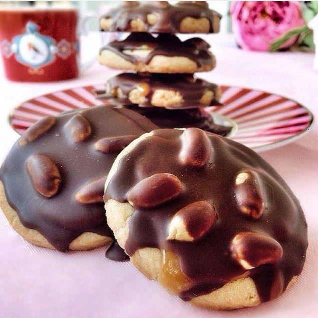 En güzel mutfak paylaşımları için kanalımıza abone olunuz. http://www.kadinika.com Snicker kurabiye tarif sahibi @elifgyln 'a teşekkürler  Malzemeler; Bisküvisi için; 125 tere yağ 1 çay bardağı sıvı yağ 1 yumurta 7-8 yemek kaşığı pudra şekeri 2 yemek kaşığı elma sirkesi aldığı kadar un Karamel sos için; 1 su bardağı toz şeker 100 gram tere yağ 5-6 yemek kaşığı süt konur. Üstü için; kabuksuz fıstık Yapılışı; Hamuru için; Hamur malzemelerini katıp yoğurun. Hamur olunca üzerine streçleyip…