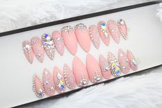 Prensa de Swarovski en las uñas de color rosa Genuino