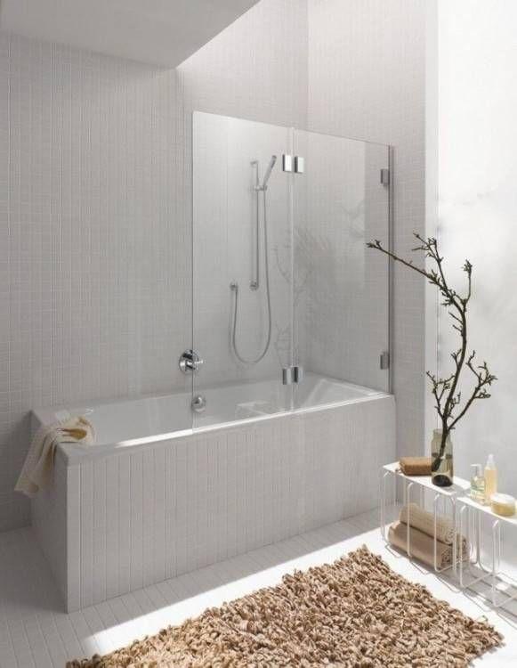 Un grand tapis dans une salle de bains moderne   Salle de ...